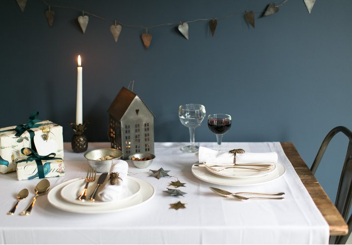 Dressing up your dining table this christmas rose grey Christmas table dressing
